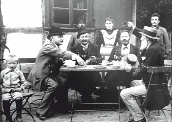 Links Karl, rechts Carl und in der Mitte Hermine Schlüter in der Waldwirtschaft Seelhorst mit Ihren Gästen um 1895